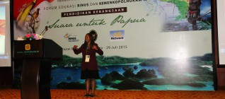 Perwakilan Universitas Bina Nusantara Menyanyikan Tanah Papua
